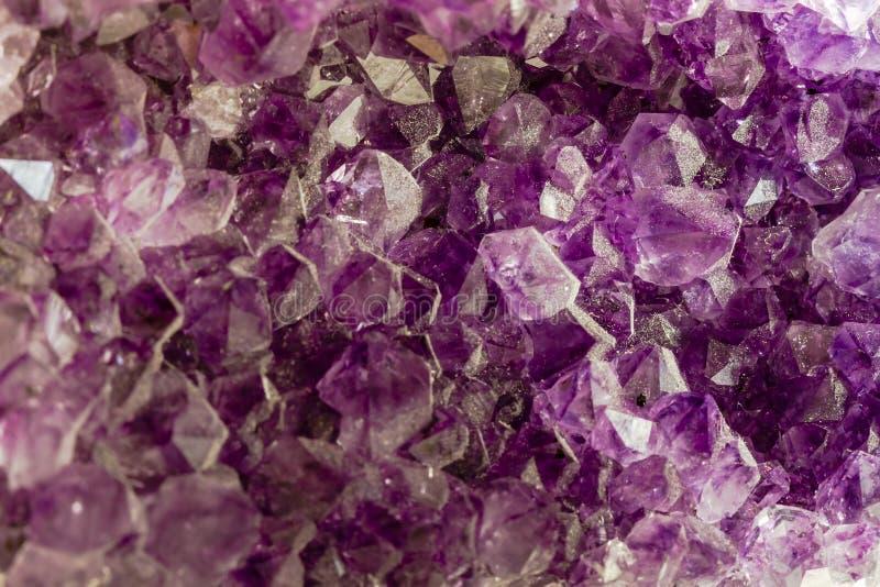 Feche acima dos cristais roxos da ametista imagem de stock royalty free