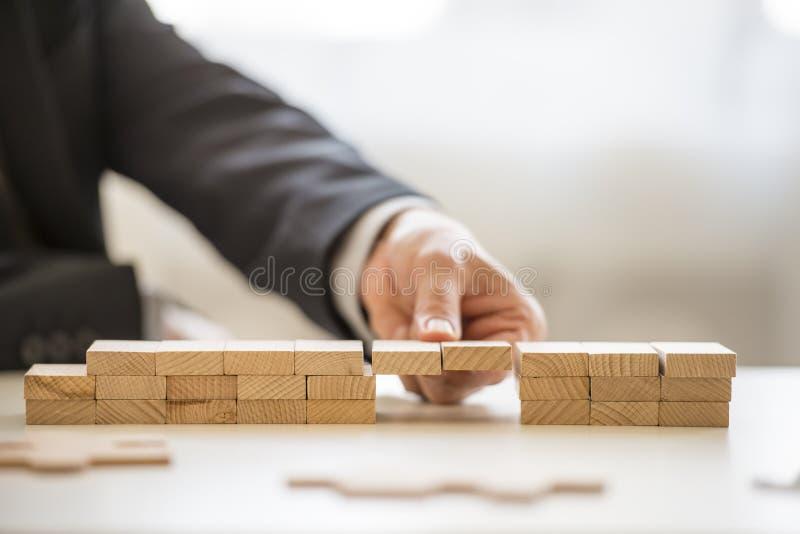 Feche acima dos dedos que montam uma ponte dos blocos fotos de stock