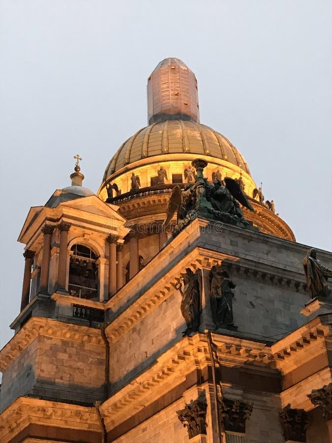 Feche acima dos detalhes da cornija na catedral do ` s do St Isaac, St Petersburg, Rússia fotos de stock