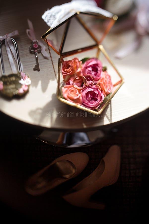 Feche acima dos detalhes reais em um casamento - caixão de vidro das flores para anéis nupciais imagem de stock