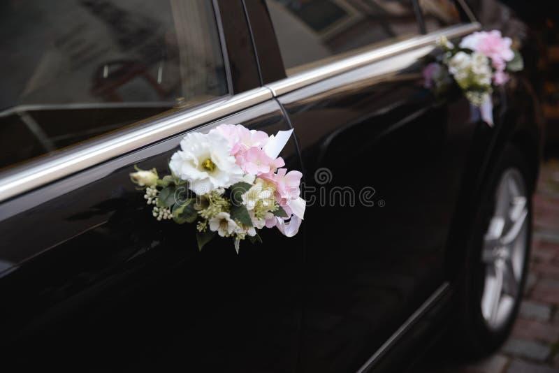 Feche acima dos detalhes reais em um casamento - decoração das flores do carro de um noivo e de uma noiva imagem de stock