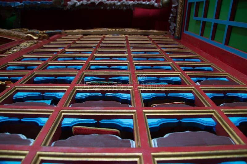 Feche acima dos escaninhos de madeira com rolos da tela imagem de stock royalty free