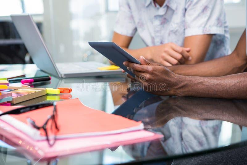Feche acima dos executivos criativos com tabuleta digital foto de stock royalty free