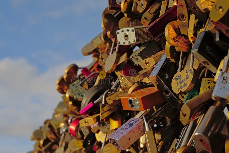Feche acima dos fechamentos do amor na ponte de Pont des Arts em Paris fotos de stock