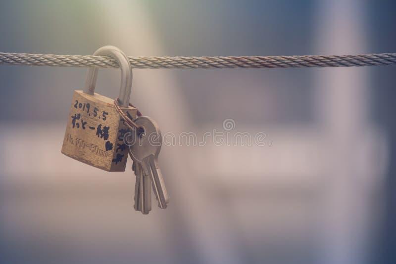 Feche acima dos fechamentos do amor ou os cadeado penduram no fio de aço na montagem Moiwa, Sapporo fotografia de stock royalty free
