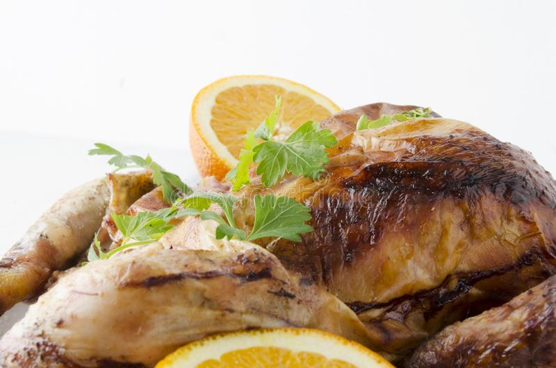Feche acima dos frutos e da galinha roasted contra o fundo branco imagem de stock