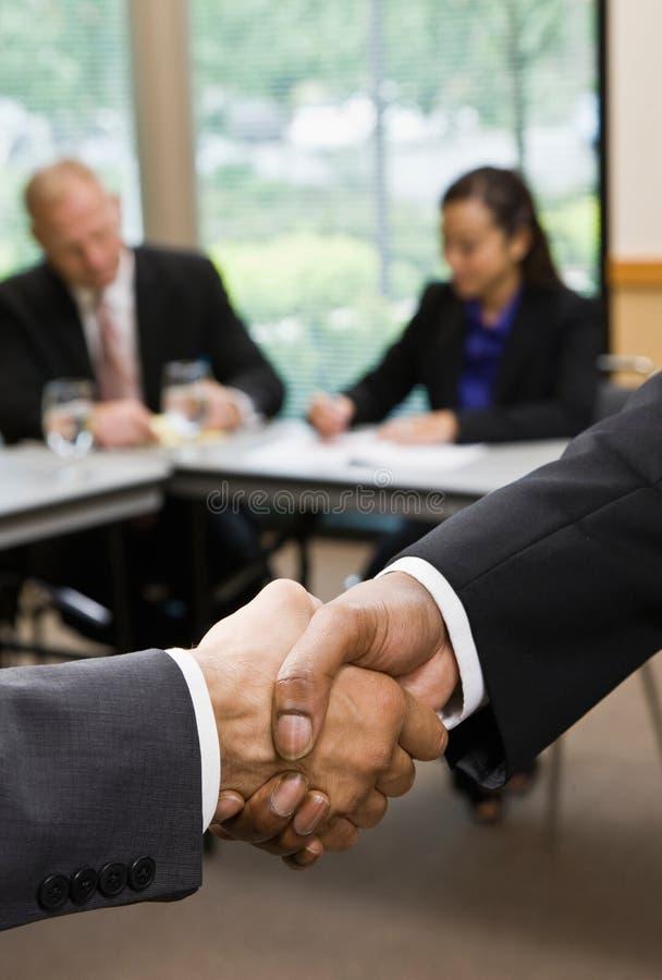 Feche acima dos homens de negócios que agitam as mãos fotos de stock royalty free