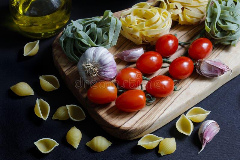 Feche acima dos ingredientes escuros da massa do alimento do claro-escuro foto de stock