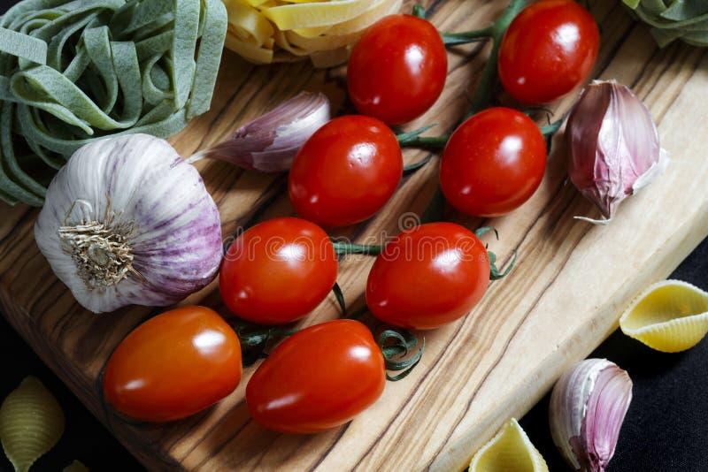 Feche acima dos ingredientes escuros da massa do alimento do claro-escuro fotos de stock