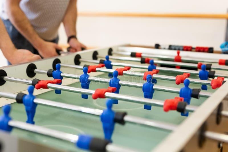 Feche acima dos jogadores que jogam o futebol da tabela imagens de stock