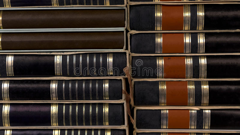 Feche acima dos livros negros da pilha pilha velho fotos de stock