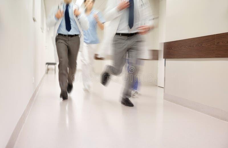 Feche acima dos médicos ou dos doutores que correm no hospital imagens de stock