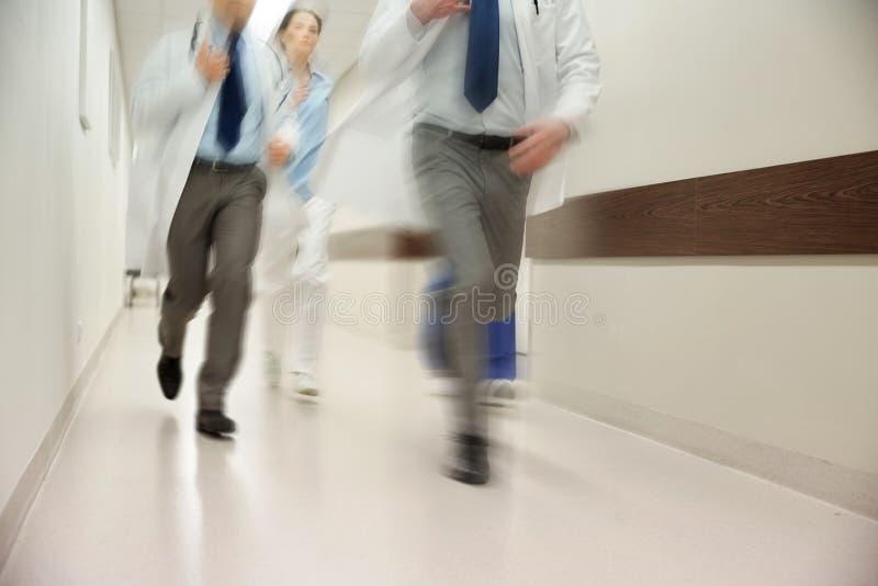 Feche acima dos médicos ou dos doutores que correm no hospital imagem de stock royalty free