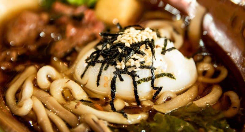 Feche acima dos macarronetes de Coreia na bacia grande, no alimento asiático, no menu tradicional para o almoço ou no jantar foto de stock royalty free