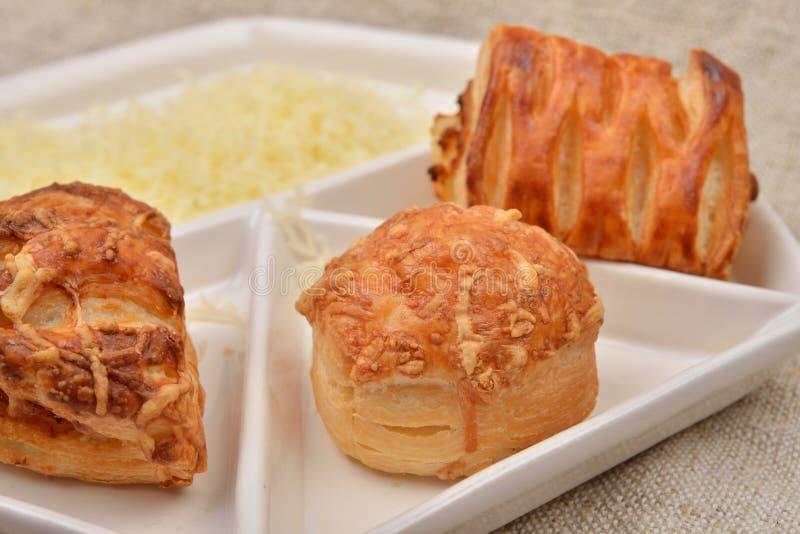 Feche acima dos muitos o tipo diferente da massa folhada fresca com queijo imagem de stock