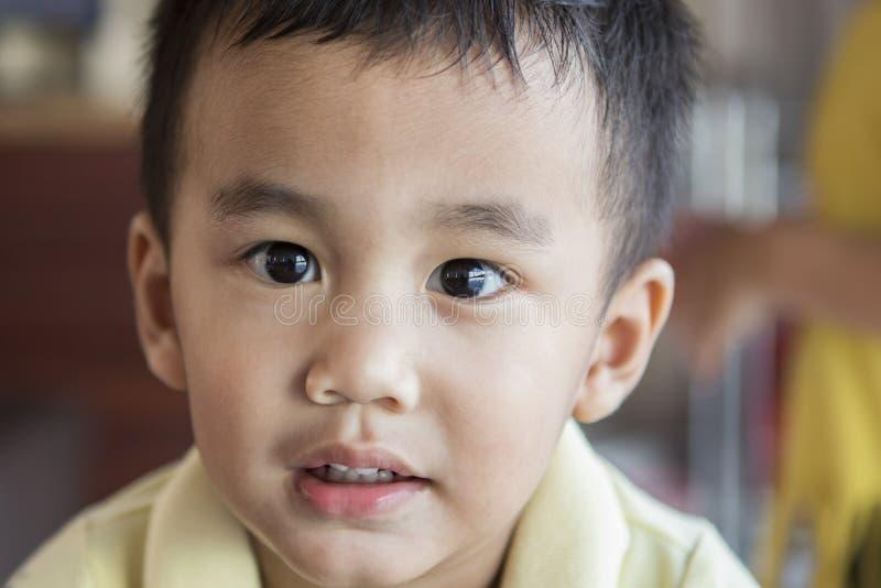 Feche acima dos olhos que olham à câmera e à cara do asiático t do bebê de um ano fotografia de stock royalty free