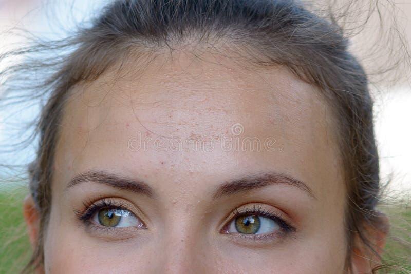 Feche acima dos olhos verdes de sorriso de uma jovem mulher foto de stock royalty free