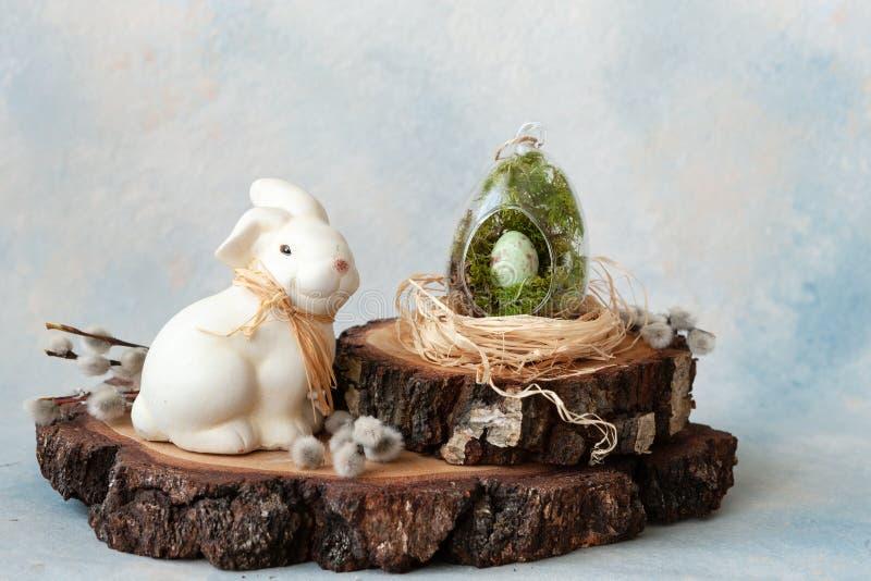 Feche acima dos ovos da páscoa da decoração da Páscoa no salgueiro do ninho, do coelho e de bichano fotos de stock royalty free