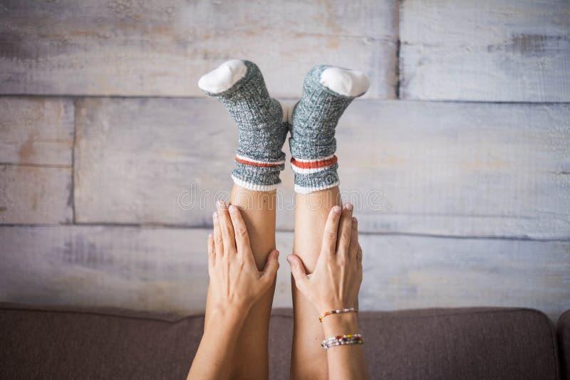 Feche acima dos pés da mulher branca com peúgas agradáveis em casa foto de stock royalty free