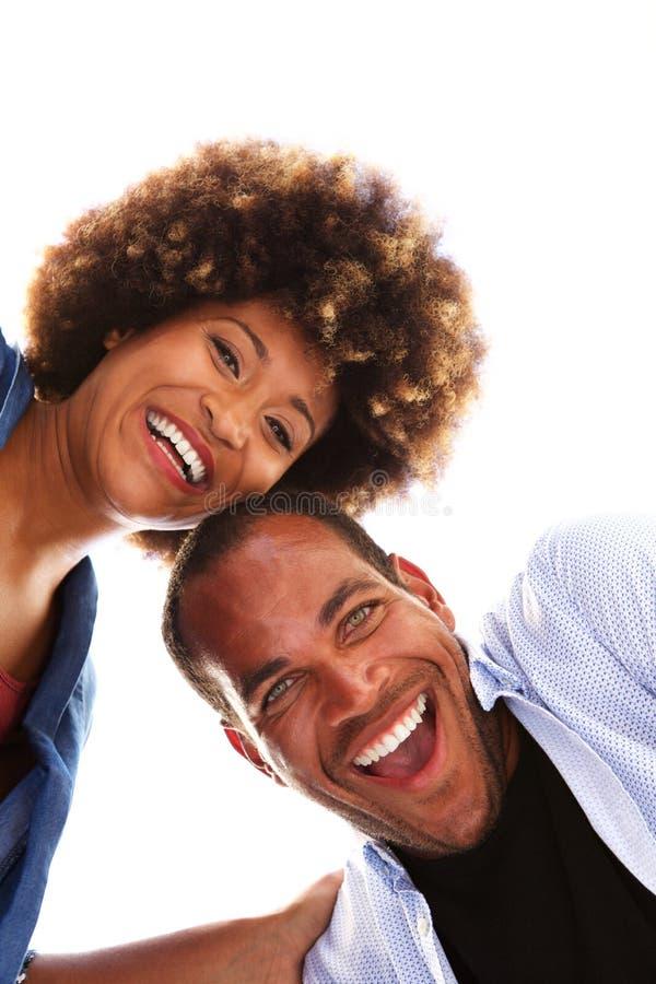 Feche acima dos pares felizes do divertimento que riem junto no fundo branco fotos de stock royalty free