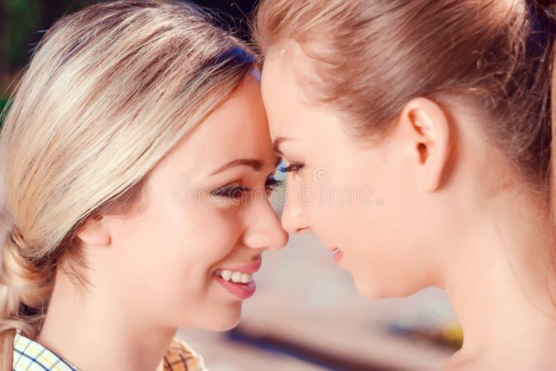 Feche acima dos pares lésbicas fora fotografia de stock royalty free