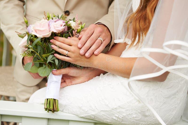 Feche acima dos pares no casamento que guarda as mãos fotografia de stock