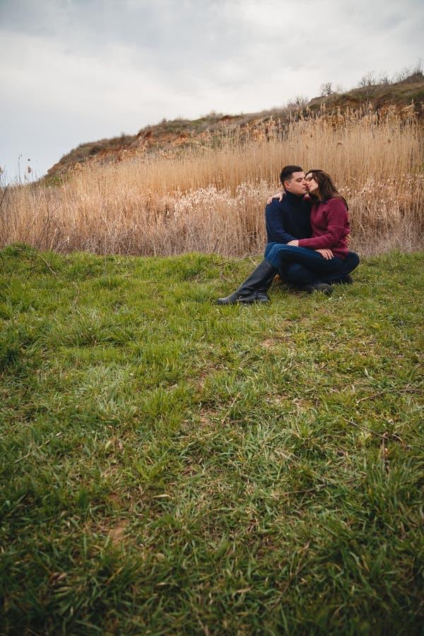 Feche acima dos pares novos atrativos românticos que abraçam e que beijam fora fotografia de stock royalty free