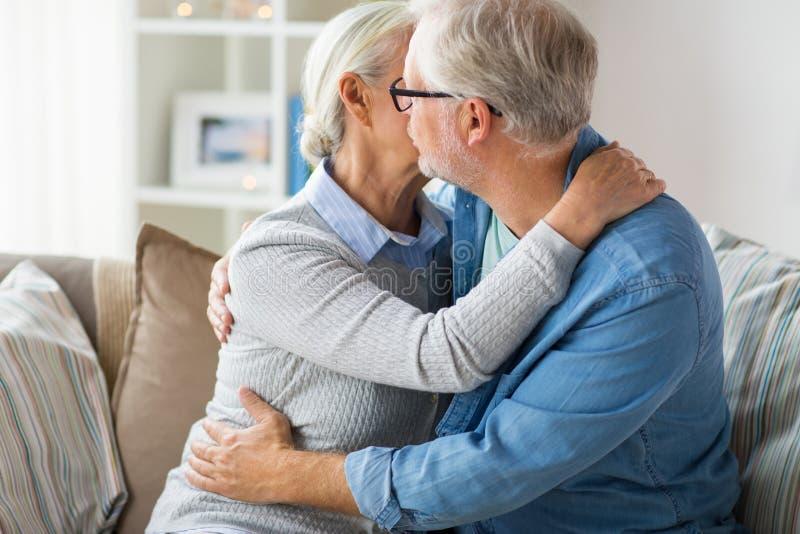 Feche acima dos pares superiores felizes que abraçam em casa fotos de stock royalty free