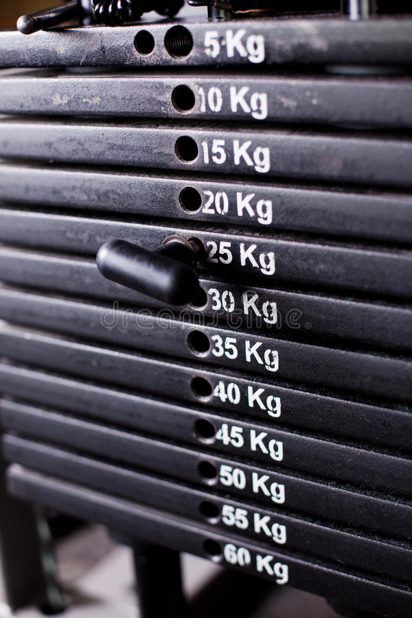 Feche acima dos pesos em um gym foto de stock