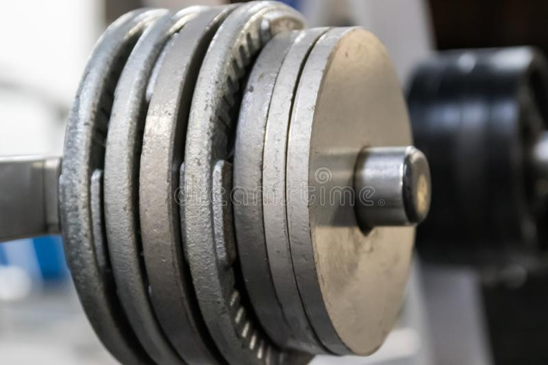 Feche acima dos pesos livres em uma cremalheira em um gym imagens de stock royalty free
