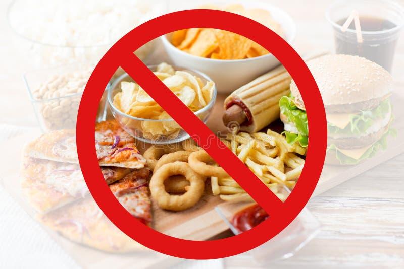 Feche acima dos petiscos do fast food atrás de nenhum símbolo imagens de stock royalty free