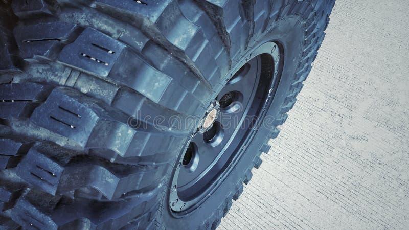 Feche acima dos pneus de carro e sujo Teste padrão do pneu usado imagem de stock