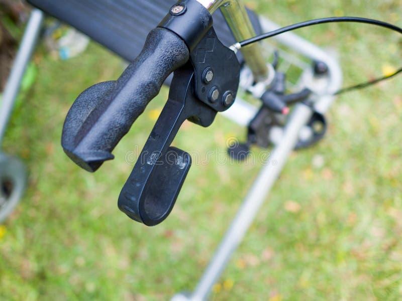 Feche acima dos punhos dos caminhantes de quatro rodas do rollator imagem de stock