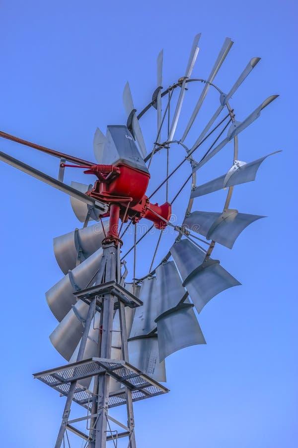 Feche acima dos raios do moinho de vento atrás da vista acima fotografia de stock