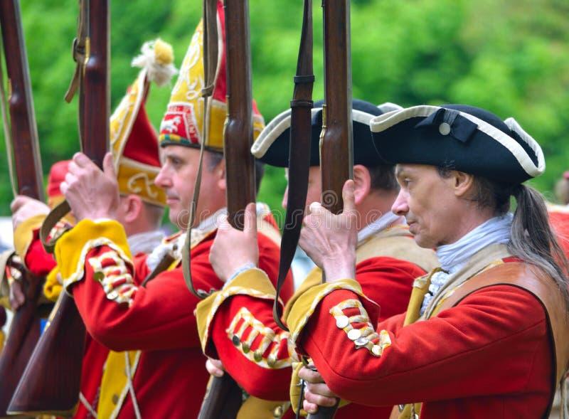 Feche acima dos Redcoats do regimento de Pulteneys com seus mosquetes imagens de stock