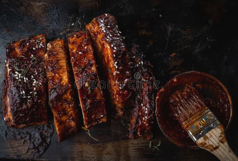 Feche acima dos reforços de carne de porco Roasted Smoked fotos de stock