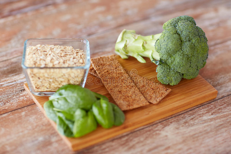 Feche acima dos ricos do alimento na fibra na tabela de madeira fotografia de stock