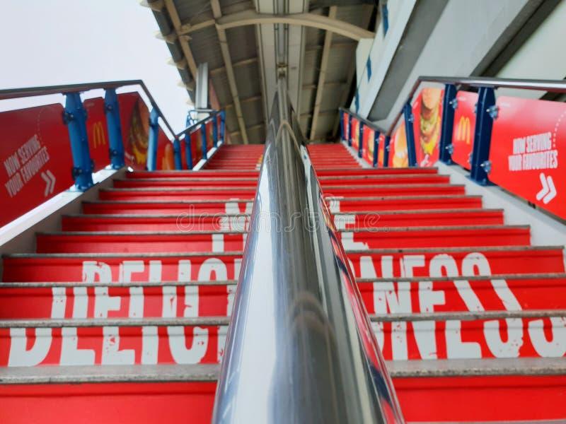 Feche acima dos trilhos para escadas borradas do nacional do BTS na estação do estádio fotografia de stock royalty free