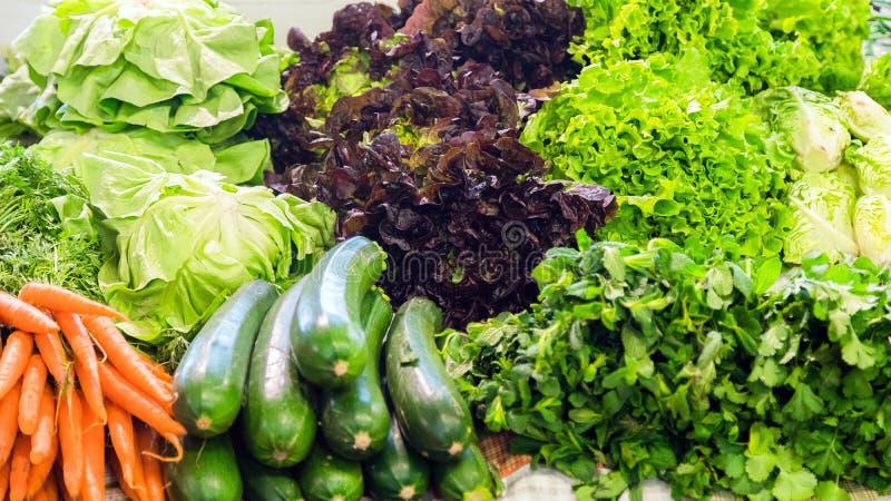 Feche acima dos vegetais frescos, orgânicos para a venda no mercado Beterrabas, cenoura, alface, couve, pepino, abobrinha, cebola fotografia de stock royalty free