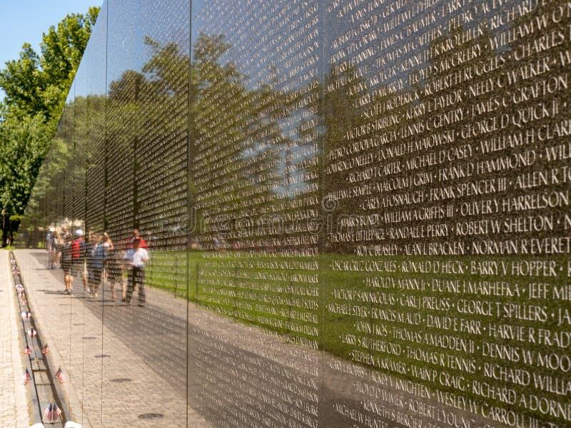Feche acima dos veteranos de Vietname memoráveis com os turistas no fundo em um dia de verão fotos de stock royalty free