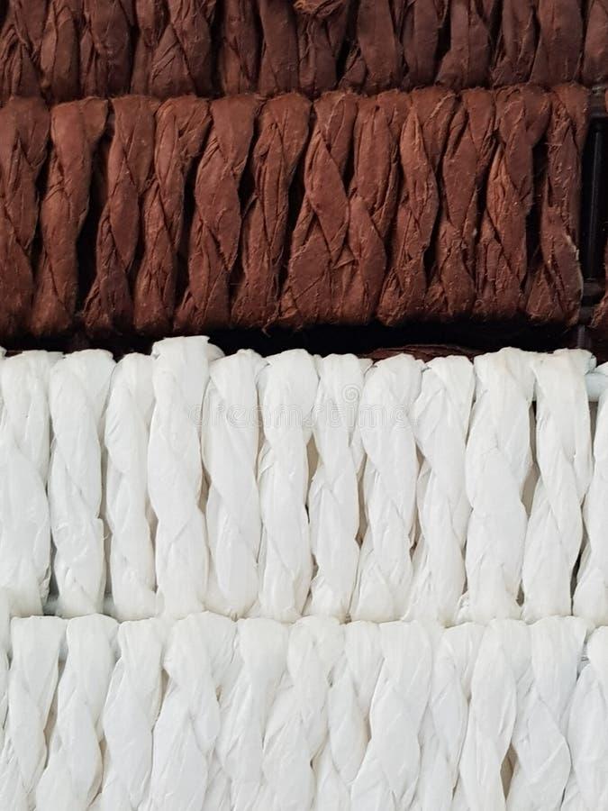 Feche acima em cestas pequenas & marrom e branco imagens de stock