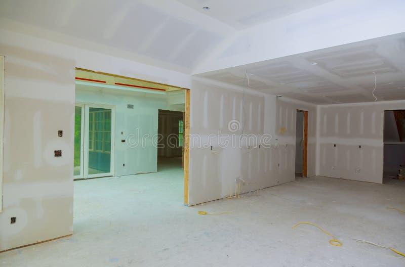 Feche acima em detalhes da construção do teto com as paredes do emplastro da gipsita e o teto da casa sob a construção fotografia de stock