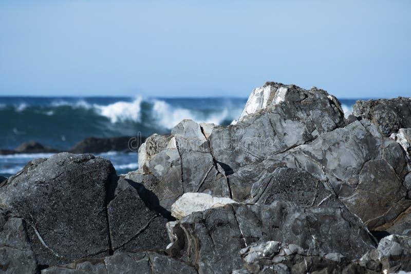 Feche acima em ondas de quebra poderosas de Oceano Atlântico contra rochas, hendaye, país basque, france fotos de stock