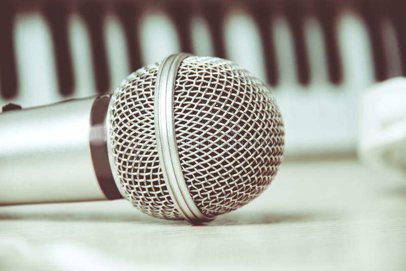Feche acima em um microfone durante a sessão da gravação com um cantor, imagens de stock royalty free