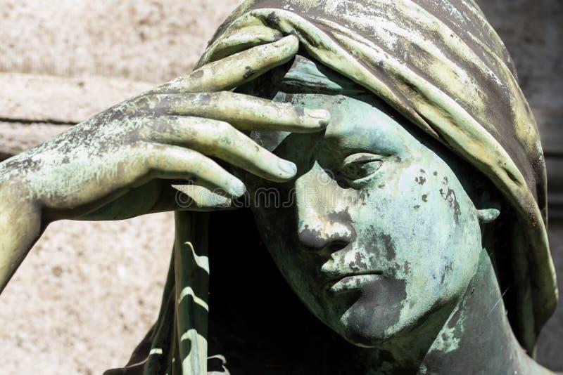 Feche acima em uma estátua de uma mulher rezando foto de stock