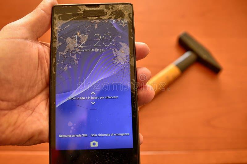Feche acima em uma tela do smartphone com uma tela quebrada fotografia de stock royalty free