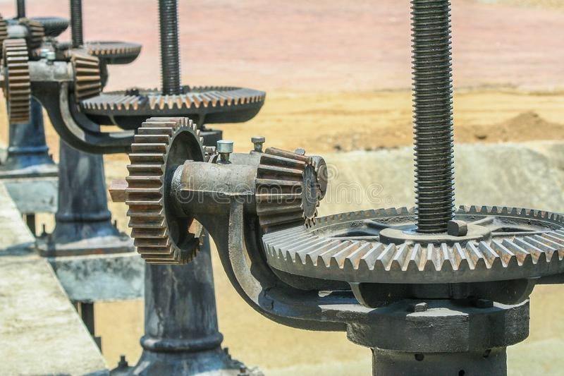 Feche acima a engrenagem mecânica do metal na comporta fundo oxidado da roda denteada imagem de stock royalty free