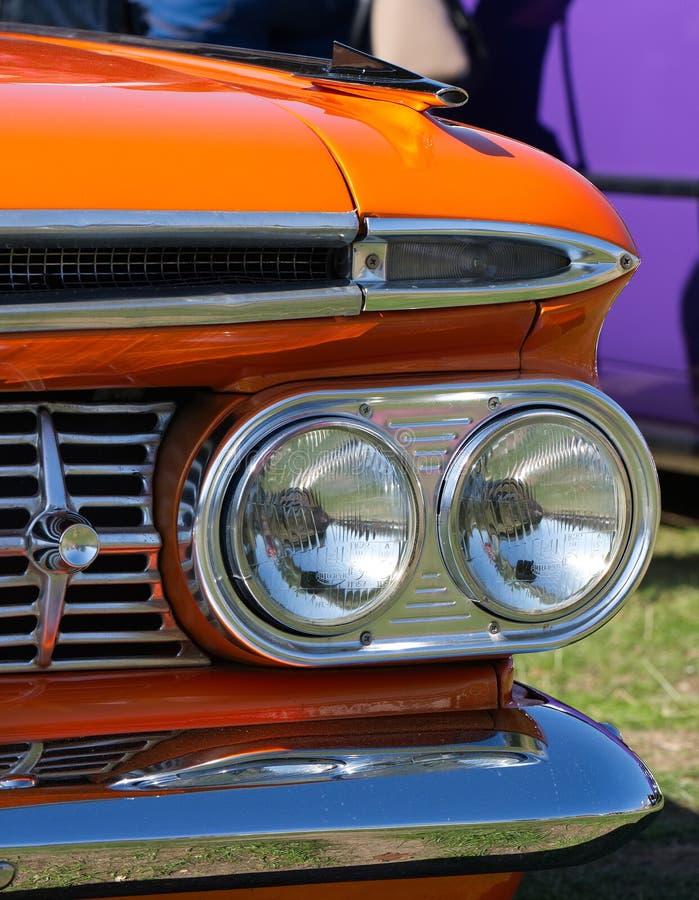 Feche acima, faróis dianteiros, carrinha de Chevrolet de 1959 laranjas imagens de stock