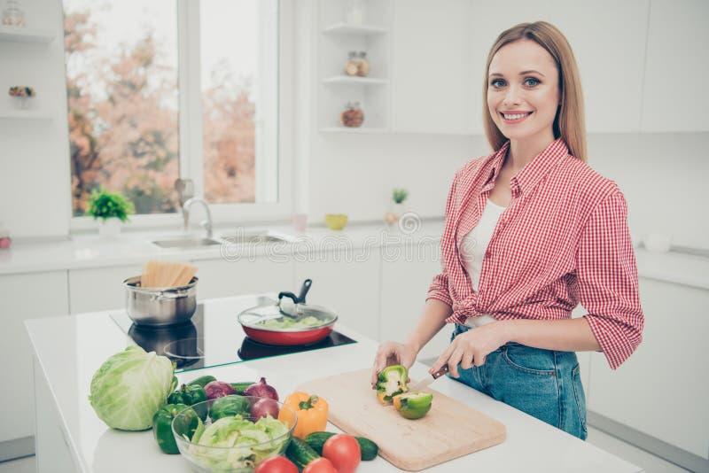 Feche acima a foto bonita ela seu marido da dona de casa do processo de cozimento do almoço de trabalho da senhora para preparar  imagem de stock royalty free