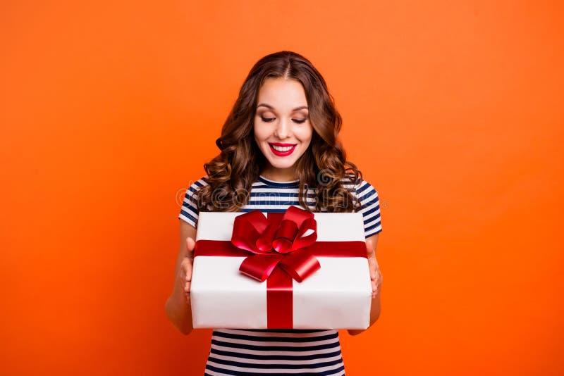 Feche acima a foto bonita ela seu partido grande do giftbox dos braços da senhora grande que comemora os bordos que vermelhos do imagem de stock royalty free